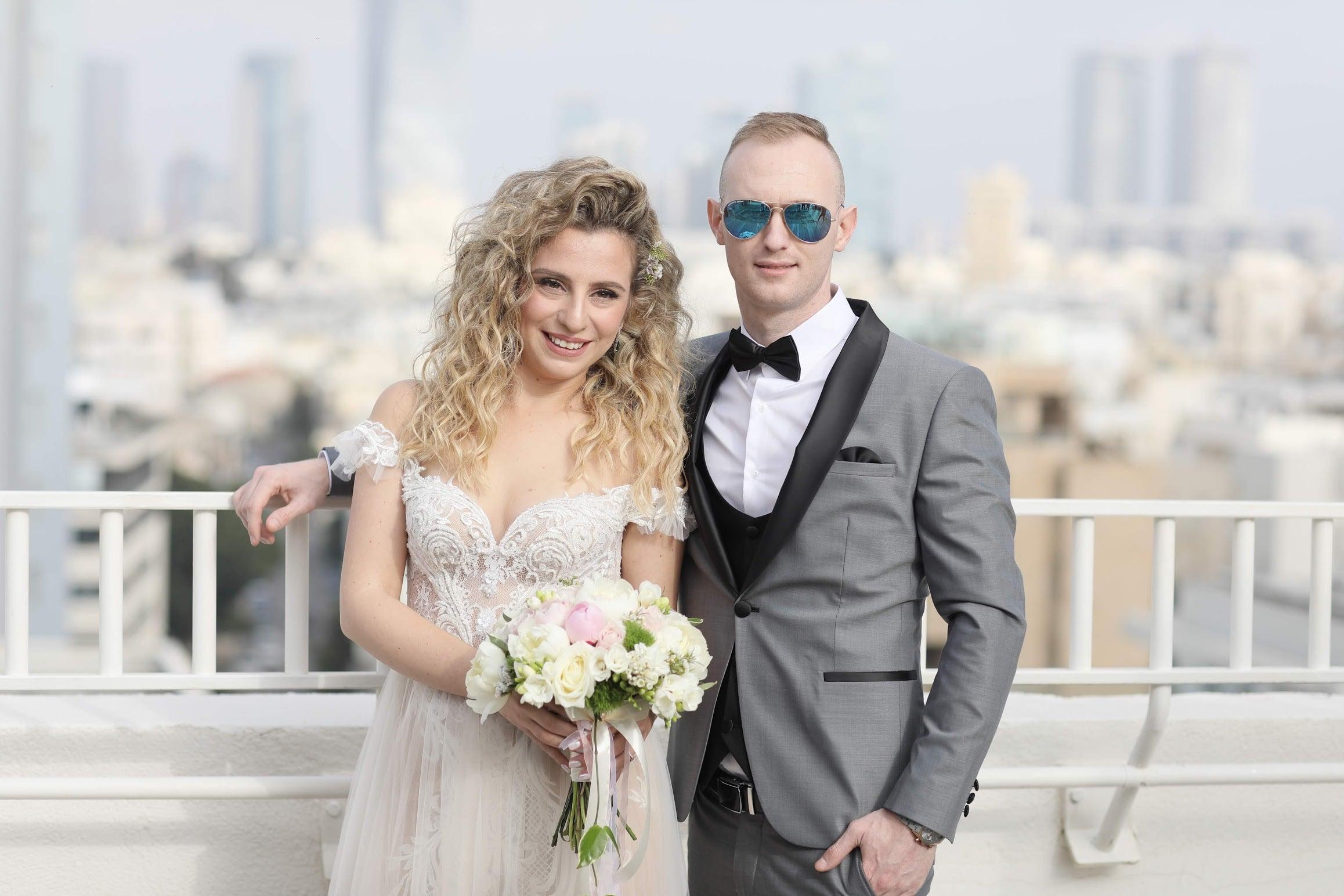 זוג ביום חתונתו על המרפסת במלון בוטיק בתל אביב
