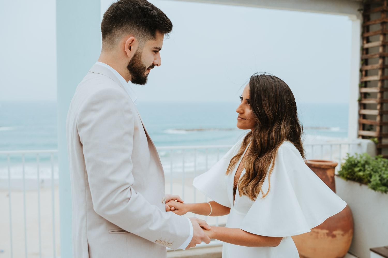 זוג ביום חתונתו במרפסת המלון