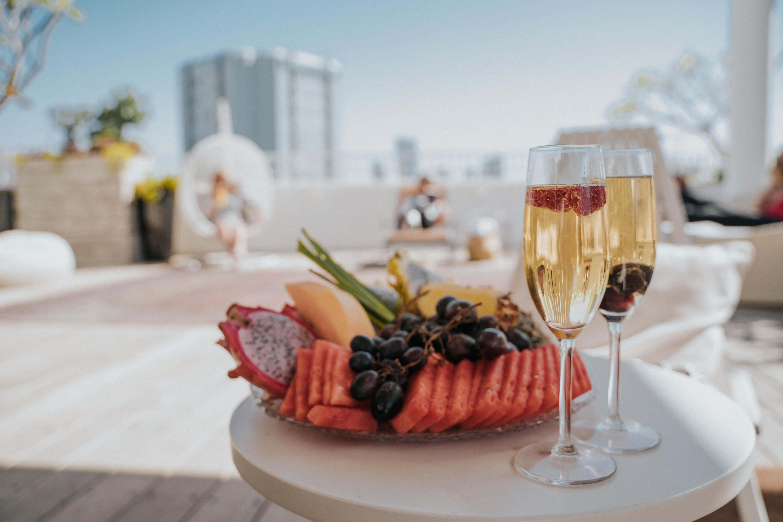 צלחת פירות ויין
