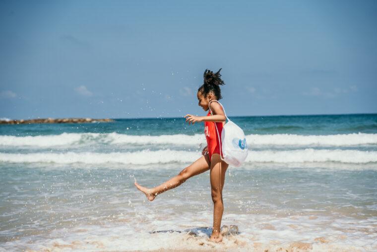 ילדה על חוף הים