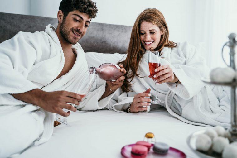זוג מוזג כוס יין במלון בוטיק בתל אביב