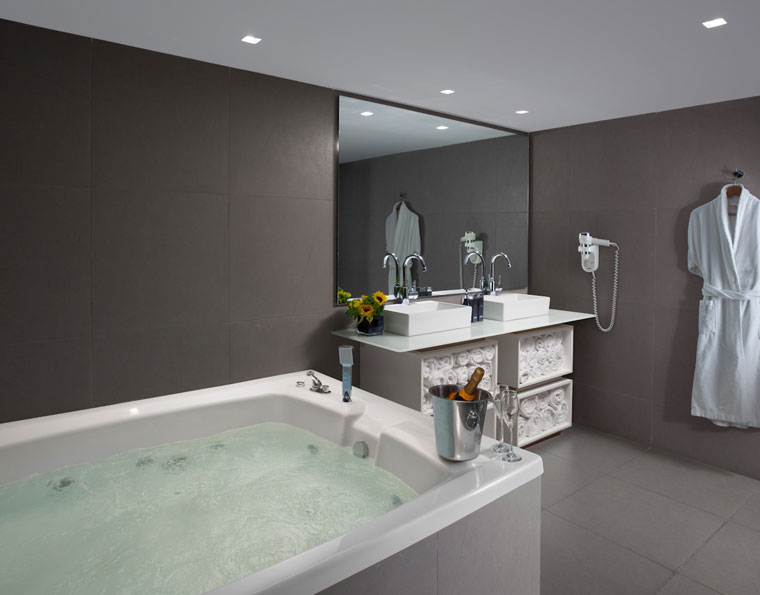 חדר האמבטיה בסוויטה הנשיאותית