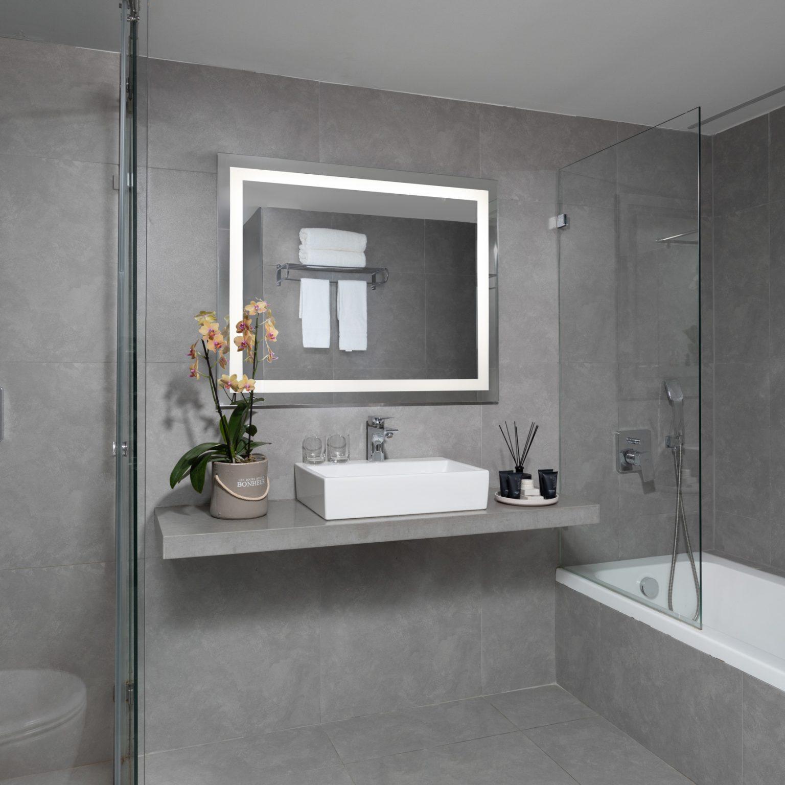 האמבטיה בחדר במלון בוטיק
