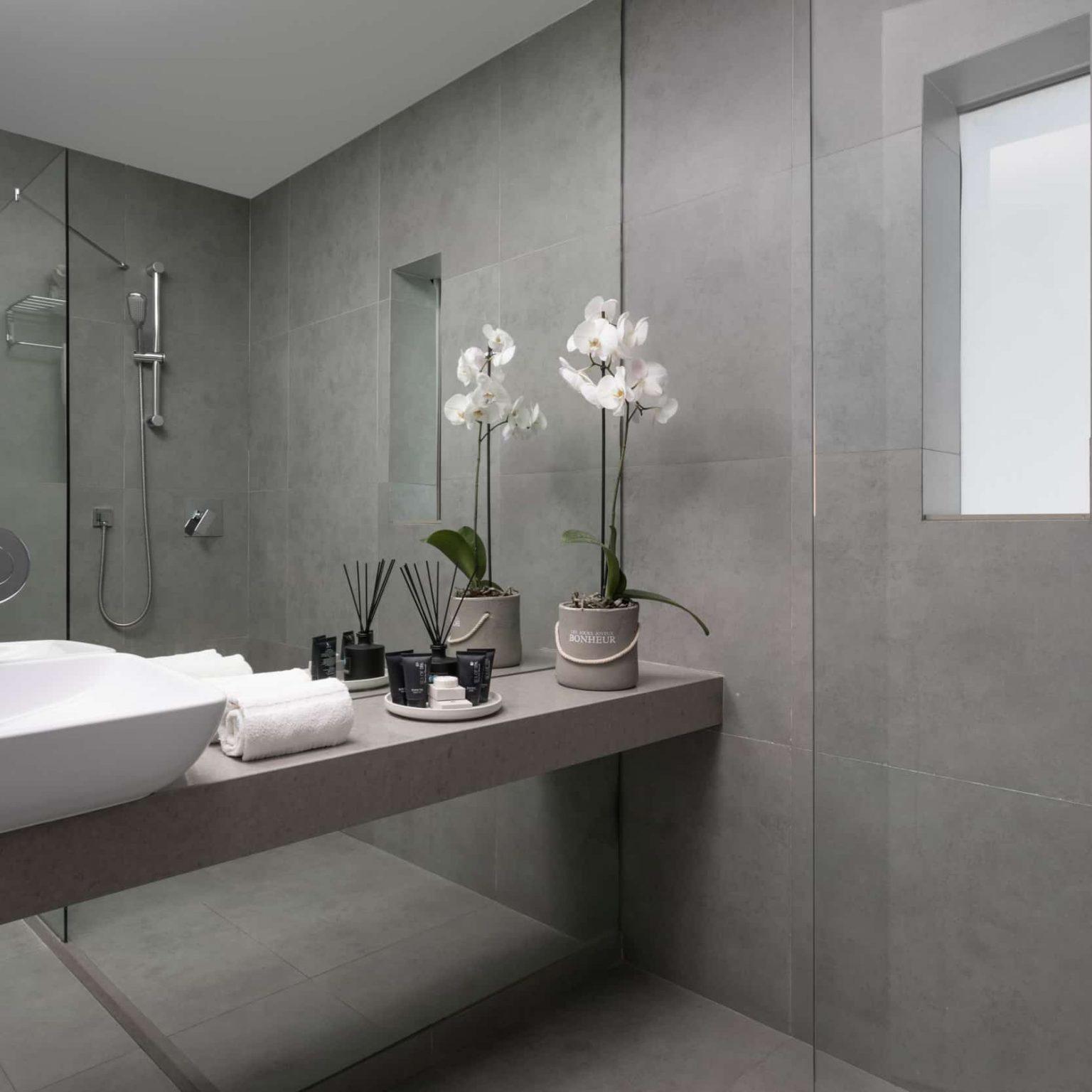 האמבטיה בחדר של מלון בוטיק תל אביב