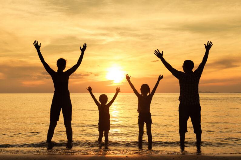 משפחה בשקיעה