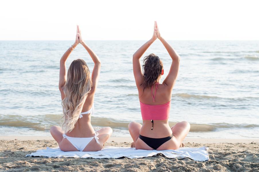 יוגה בחופי תל אביב עם הזריחה